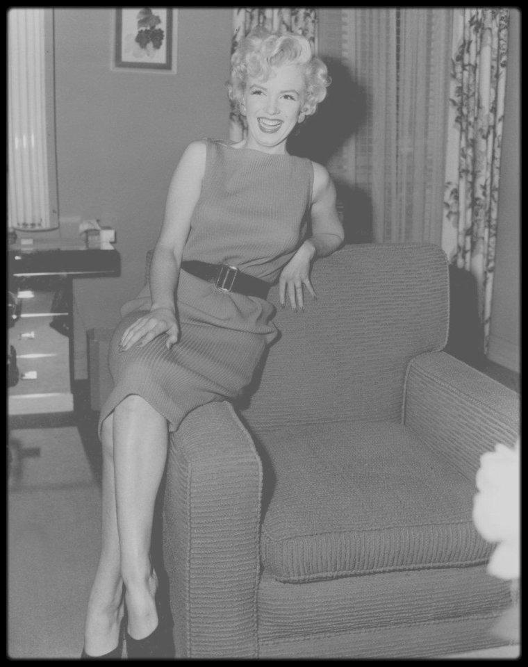 """15 Avril 1954 / (Part II) Marilyn répétant avec Hal SCHAEFER, son chorégraphe, pour préparer les numéros chantés dans le film """"There's no business like show business"""" ; elle reçoit le même jour le « National Movie Poll Award » pour la meilleure actrice de l'année 1953."""