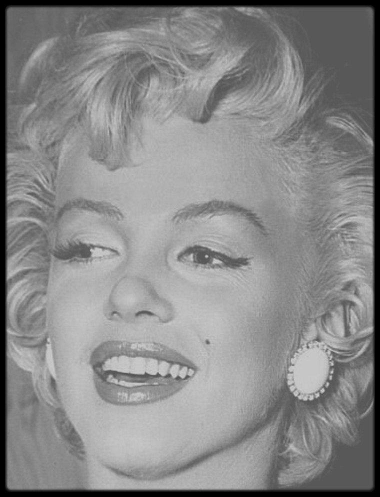 """15 Septembre 1954 / Cette date marque le premier anniversaire du CinémaScope ; Marilyn coupe le gâteau aux côtés de Walter WINCHELL et DiMAGGIO. Earl WILSON et Gina LOLLOBRIGIDA sont également conviés à la cérémonie se déroulant au """"Trans-Lus Theater"""". Le premier des procédés de film large projeté sur grand écran qui ait connu un grand succès commercial (""""La Tunique"""", de H. KOSTER, 1953).  Le CinémaScope est fondé sur un procédé optique très ancien, l'anamorphose, qui, par un jeu de miroirs et de lentilles, comprime l'image dans le sens vertical et la restitue ensuite dans sa largeur normale. Le physicien et inventeur français Henri CHRETIEN (1879-1956) fit breveter en 1927 un dispositif anamorphoseur qui, associé à un objectif normal de caméra, en élargit considérablement le champ tout en comprimant l'image impressionnée sur la pellicule pour la ramener à 35 mm. Un anamorphoseur inversé fixé à l'objectif du projecteur rend à la projection toute sa largeur au champ englobé. L'image passe ainsi des proportions 1 × 1,33 à celles de 1 × 2,66.  L'exploitation de l'anamorphose au cinéma à partir de 1953 sous le nom de CinémaScope lança la mode de l'écran large, sous toutes ses formes et toutes ses appellations (SuperScope, DyaliScope, FranScope, Vistavision, Panavision, Technirama, Cinérama). L'écran large, capable d'embrasser de vastes paysages et d'importants mouvements de foule, devait concurrencer le petit écran de la télévision. Il a cessé d'être une attraction, mais les proportions de l'image cinématographique en ont été définitivement modifiées."""