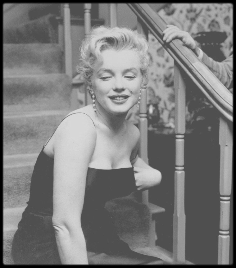 "1956 / (Part III) ""Press Party"" donnée pour le tournage de ""Bus stop"" dans la maison de ""North Beverly Glen Boulevard"". Marilyn pose dans les escaliers sous l'objectif de Milton GREENE et Earl LEAF ; sur une photo on peut voir le petit Joshua GREENE."