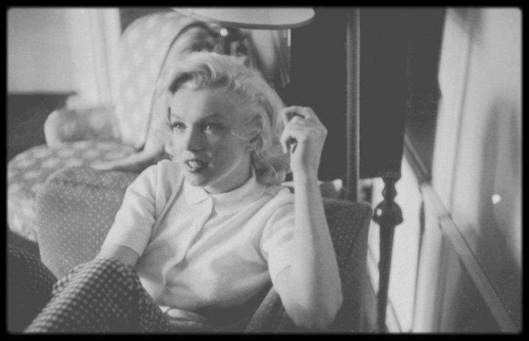"""19 Août 1953 / Marilyn dans sa chambre d'hôtel à Banff, dans les rocheuses canadiennes, où elle loge pour les besoins des extérieurs du film """"River of no return"""" ; photos signées John VACHON."""