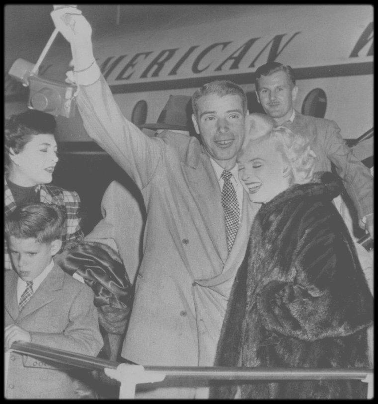 """23 Février 1954 /  les deux couples, Marilyn et Joe DiMAGGIO ainsi que les O'DOUL (Lefty et Jean), quittent le Japon pour rentrer aux Etats-Unis. C'est tard au soir, après une escale à Honolulu, que l'avion de Marilyn et Joe atterit sur le tarmac de l'aéroport de San Francisco. Accompagnés du couple O'DOUL (Frank Lefty et sa femme Jean), Marilyn et Joe sont de retour après leur """"lune de miel"""" au Japon et la tournée sud-coréenne de Marilyn pour soutenir les GI's."""
