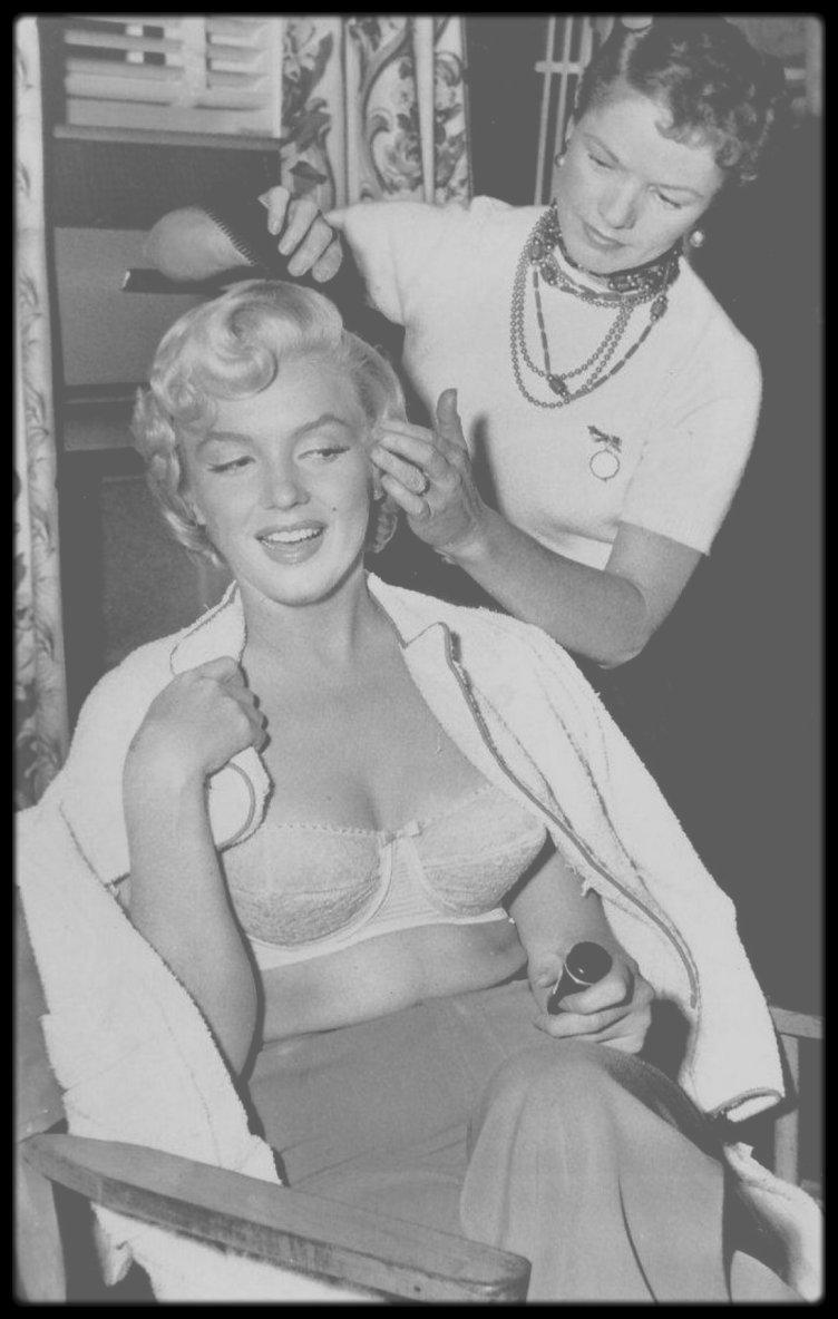 """1952-56 / Gladys RASMUSSEN, coiffeuse à la Fox, née en 1915, décédée en avril 1987. Elle a coiffée Marilyn à plusieurs reprises. En effet elle coiffa la star sur de nombreux tournages et autres soirées de 1952 à 1956, notamment sur les plateaux des films """"River of no return"""", """"The seven year itch"""", """"How to marry a millionaire"""", """"There's no business like show business"""" ou encore """"Bus stop""""."""