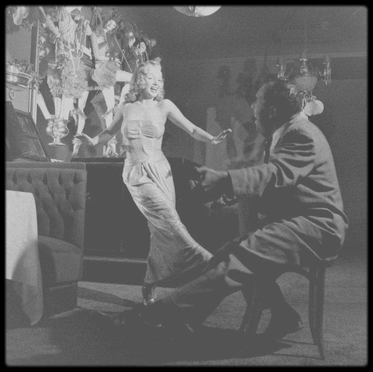 """1948 / (Part II) Marilyn répétant les numéros musicaux ainsi que les chansons du film """"Ladies of the chorus"""", avec Phil MOORE au """"Mocambo Club""""."""