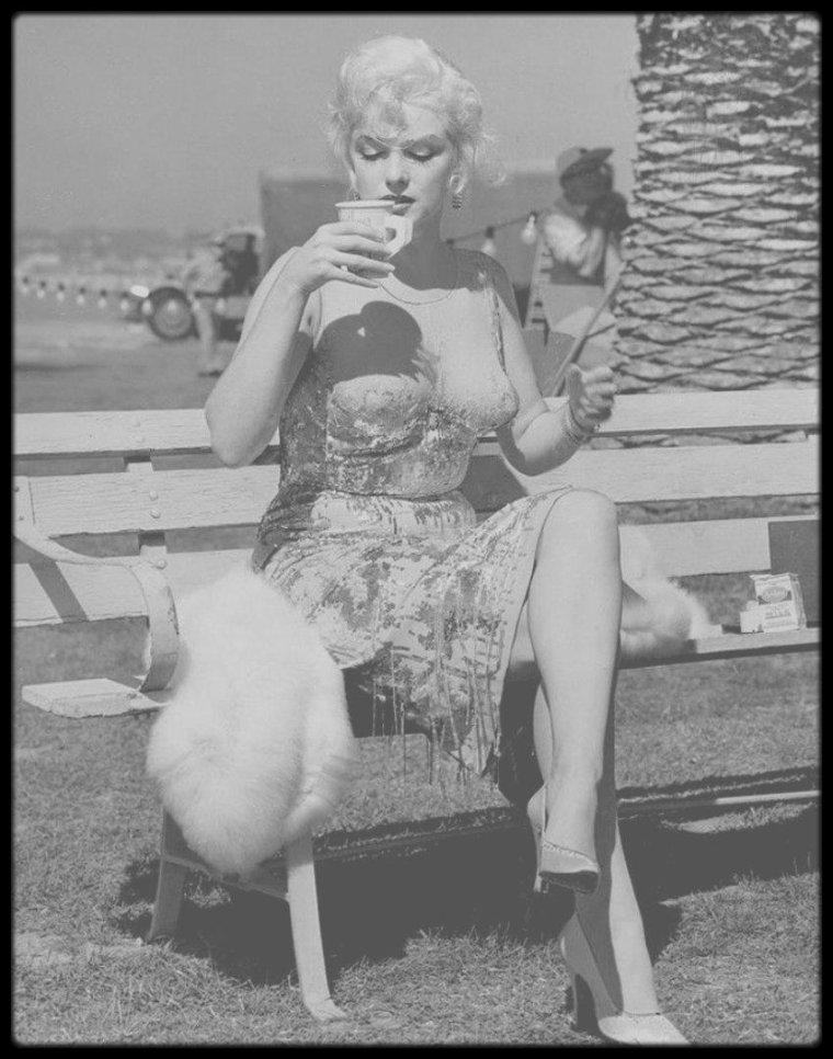 """1958 / Lors du tournage du film """"Some like it hot"""" / AUTOUR DU FILM / Pour le rôle finalement tenu par Jack LEMMON, Billy WILDER avait initialement choisi Frank SINATRA ; mais ce dernier ne souhaitait pas être « Daphné », un homme travesti en femme. Quant au rôle de Marilyn, le premier choix était celui de Mitzi GAYNOR : la distribution finale ne correspond donc guère aux choix originaux du réalisateur. L'adaptation française des dialogues est due à Raymond QUENEAU. / 1ère au générique de son 27ème film, Marilyn interprète le rôle d'une chanteuse et musicienne dans un orchestre de femmes, Sugar KANE, de son vrai nom - polonais - KOWALCZYK. / Marilyn interprète les chansons suivantes : """"Running Wild"""", """"I'm Through with Love"""" et """"I Wanna Be Loved by You"""". Les références aux films de gangsters des années trente sont nombreuses, par exemple à propos du massacre de la Saint-Valentin dans un garage, ou de George RAFT qui fait sauter une piécette comme en 1932 dans le """"Scarface"""" de Howard HAWKS, mais l'effet choisi est plutôt burlesque et caricatural. On relève aussi « Les amis de l'opéra italien » qui s'offrent un monumental gâteau d'anniversaire, contenant un tueur et une mitraillette Thompson. / Ce film fait partie de la liste du BFI des 50 films à voir avant d'avoir 14 ans établie en 2005 par le """"British Film Institute"""". Ce film est considéré comme étant le remake de """"Fanfaren der Liebe"""" (1951), ce dernier étant lui-même un remake du film français """"Fanfare d'amour"""" (1935)."""