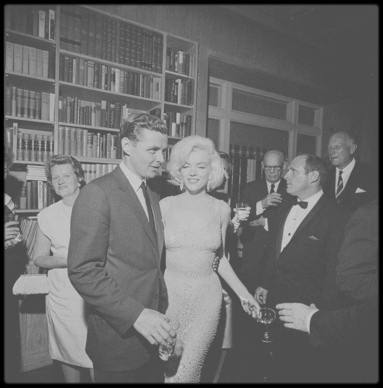 """19 Mai 1962 / C'est lors de l'anniversaire de John FITZGERALD KENNEDY (célébré le 19 mais il est né le 29) que Marilyn rencontra Maria CALLAS, qui faisait également partie (entre autres) des célébrités invitées pour cet événement. Tout le monde assista ensuite à la soirée qui suivit le gala, donnée chez Arthur KRIM (Président de """"United Artists"""") et sa femme Mathilde, dans leur appartement situé 33 East 69th Street, dans  l'East Side. 75 personnes furent invitées ce soir-là. Le chevalier servant de Marilyn  fut  son ex-beau-père, Isadore MILLER (au départ, elle avait demandé à la photographe Eve ARNOLD de l'accompagner, mais celle-ci étant indisponible, Marilyn sollicita le père d'Arthur MILLER qu'elle aimait beaucoup). Son principal souci ce soir là, fut qu'Isadore MILLER, perdu dans la foule des invités, ait une chaise et quelque chose à manger. Elle ne l'abandonna pas parmi des inconnus pour aller bavarder ou quêter des compliments de groupe en groupe. Elle le raccompagna chez lui en lui demandant de venir lui rendre une petite visite chez elle à Los Angeles,puis elle rentra à son appartement;. Ralph ROBERTS l'y attendait; il la massa et partit à 4h du matin. Le dimanche 20 Mai : Marilyn rentra à Los Angeles ; elle arriva à 10h ; une limousine louée à la """"Carey Cadillac Renting Co."""" l'attendait pour la ramener chez elle. Le lundi 21 mai : la limousine louée vint la chercher pour l'emmener au studio ; Marilyn se présenta à 6 heures 15 du matin sur le plateau de « Something's Got to Give », soutenue par les amphétamines. Elle travailla pendant huit heures consécutives,  mais elle eut un accueil plutôt frais du producteur, du metteur en scène et de l'équipe. Elle était lucide et fondée dans ses soupçons envers son équipe et toute la direction de la Fox : l'incompétence ahurissante de la Fox pendant les dernières semaines de tournage, son inefficacité prétentieuse sur le plateau et à l'extérieur, laissaient en effet à penser que l'objectif était bien de la renvoyer e"""