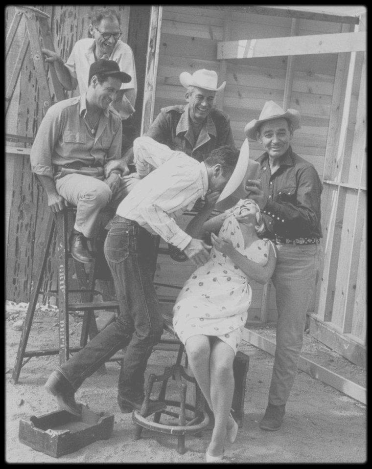 """1960 / Toute l'équipe du film """"The misfits"""" (Frank TAYLOR, Arthur MILLER, John HUSTON, Thelma RITTER, Montgomery CLIFT, Clark GABLE, Eli WALLACH et Marilyn) en pleine détente lors d'une session photos publicitaires sous les objectifs des photographes de l'Agence """"Magnum"""" venus faire un reportage sur le tournage, à Reno. (Elliott ERWITT, Inge MORATH, Eve ARNOLD, Henri CARTIER-BRESSON, Bruce DAVIDSON ou encore Robert CAPA)."""
