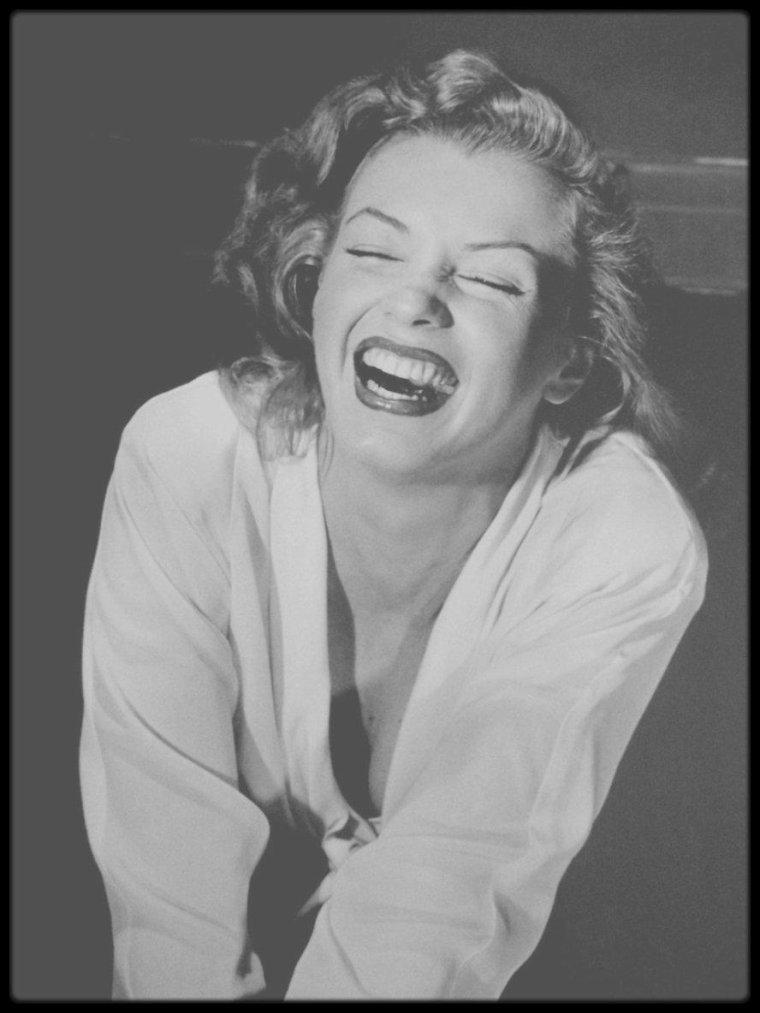 """1949 / Première rencontre de Marilyn avec Philippe HALSMAN, qui la fait poser pour un article du magazine """"Life"""" ; tour à tour il lui demandera d'exprimer et de mimer différentes émotions ou scènes, telles """"se régaler avec une boissson"""", """"danser"""", """"rire"""", """"la peur"""", """"l'attente"""", ou encore """"le désespoir"""" ; Le photographe Philippe HALSMAN raconta plus tard : """"Je me souviens de l'une des filles, une fausse blonde qu'on appelait Marilyn MONROE. Je me souviens aussi que ce n'est pas celle qui m'impressionnait le plus.""""  """"Elle est restée gravée dans ma mémoire parce que c'est celle qui perdait le plus de temps devant la glace. Elle pouvait passer des heures à se remettre du rouge à lèvres, à arranger son mascara, et à exaspérer les autres filles en les faisant attendre."""""""