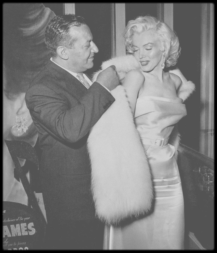 """13 Mai 1953 / (Part III) Soirée au """"Ciro's club"""" donnée en l'honneur de la chroniqueuse mondaine Louella PARSONS et du journaliste Walter WINCHELL pour qui c'est son anniversaire ; nombre de célébrités sont conviées à cette soirée caritative dont les bénéfices seront reversés pour la lutte contre le cancer ; on y voyait Lucille BALL, Betty GRABLE, Joe SCHENCK, Jane RUSSELL, Darryl ZANUCK, Sheilah GRAHAM ou encore Jimmy McHUGH."""