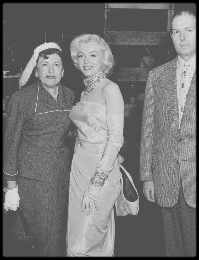 """1952-61 / UNE ALLIEE POUR MARILYN / Louella PARSONS / Date de naissance : 6 août 1881, à Freeport, Illinois.  Date de décès : 9 décembre 1972, à Santa Monica, Californie. Exercice : journaliste, chroniqueuse au """"Herald Examiner"""" (appartenant au groupe """"Hearst""""). Sa chronique faisait autorité à Hollywood. Elle fut l'une des plus grandes alliées de Marilyn, et sans doute la chroniqueuse la plus influente de l'industrie du cinéma- titre que sa rivale, Hedda HOPPER, aurait certainement contesté. Fin 1952 elle rencontre Marilyn pour un radio show. Début 1953 elle prit fait et cause pour Marilyn ; celle-ci pu compter sur elle pour jeter un voile sur les rumeurs et donner, en général, un tour positif à des événements peu flatteurs à l'origine. Le 1er janvier 1953, elle assista à la party pour le Cinémascope au """"Cocoanut Grove"""" de """"l'Ambassador Hotel"""". En 1953 Marilyn choisit sa chronique pour répondre à Joan CRAWFORD, qui s'était déchaînée contre la tenue suggestive de Marilyn à la cérémonie des récompenses de """"Photoplay"""". Le 13 mai 1953, elle fut mise à l'honneur par Walter WINCHELL, qui organisa une soirée en son honneur au """"Ciro's club"""". Elle se rendit sur le tournage de « Gentlemen Prefer Blondes ». Le 20 mai 1953, Marilyn assista au """"Parsons Radio Show"""". C'est encore dans cette chronique que Marilyn expliqua à son public pourquoi elle quittait la Fox, fin 1954. Le 1er mars 1956, Marilyn et Jack WARNER annoncent qu'un accord de distribution avait été conclu  pour """"The prince and the showgirl"""" (1957), seul film produit par les """"Marilyn MONROE Productions"""". En 1956 elle accompagna Marilyn à Londres, où elle assista à la fête organisée par Terence RATTIGAN en l'honneur de Marilyn. Le 9 juillet 1958, elle assista à une party chez Jimmy McHUGH. En juillet 1958, elle fut présente lors de la conférence de presse pour « Some like it hot ». Le 6 mars 1960, elle assista à la remise des """"Golden Globe Awards"""". En 1960, elle se rendit sur le tournage de « Let's Make Love ». Le 11 j"""