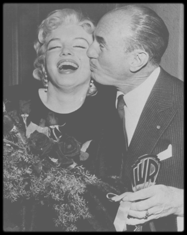 """1er Mars 1956 / (Part II) Marilyn ne tourna jamais pour la Warner, mais les """"Marilyn MONROE Productions"""" annoncèrent en 1956 qu'un accord de distribution avait été conclu avec la Warner pour « The Prince and the Showgirl » (1957), seul film produit par les """"Marilyn MONROE Productions"""". Ce jour là, Marilyn (ainsi que son associé Milton GREENE) et Jack WARNER annoncèrent conjointement la nouvelle. Pour l'occasion, WARNER remit à Marilyn une clef en symbole représentant celle des studios Warner Bros. Pour l'évènement, des journalistes de tous les pays étaient conviés."""