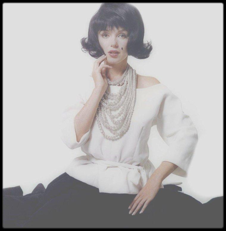 """1962 / """"The Jackie KENNEDY sitting"""" by Bert STERN ; Marilyn parodiant Jackie : Quelle idylle plus fascinante que l'histoire d'amour entre John FITZGERALD KENNEDY et Marilyn ? Les historiens de l'histoire américaine se sont penchés sur le sujet et voilà qu'un nouveau livre vient de sortir, signé Christopher ANDERSEN – journaliste qui a travaillé pour """"Time"""", le """"New York Times"""" ou encore """"Vanity Fair"""" –, """"These Few Precious Days : The Final Year of Jack with Jackie"""" (""""Ces précieux derniers jours : L'ultime année de Jack avec Jackie""""). Dans cet ouvrage très documenté, on découvre que l'icône Marilyn aurait téléphoné à Jackie KENNEDY pour lui parler de son idylle avec celui qui était, jusqu'à son assassinat en 1963 à l'âge de 46 ans, son époux et le président des États-Unis. L'historien Doug WEAD, interrogé par CBS à propos de ces révélations, explique que cela pourrait bien être vrai : """"C'est le genre d'histoire qui paraît incroyable, mais qui a véritablement eu lieu. Certaines de ces choses que nous découvrons à présent passeront de 'spéculations' à 'faits' avec le temps.""""  Selon Christopher ANDERSEN, Jacqueline KENNEDY, mariée depuis le 12 septembre 1953, redoutait de ne jamais pouvoir voir son époux après son élection en 1961. Mais puisque la Maison Blanche était autant sa maison que le bureau du président, elle a pu profiter de son couple. Un bonheur néanmoins assombri par le fait que Jackie n'ignorait rien des infidélités de son époux. Des affaires qui la bouleversèrent, mais qu'elle avait accepté d'ignorer... tant qu'elles ne devenaient pas des scandales menaçant de l'éclabousser. La relation de JFK avec la star de cinéma semble avoir été la plus douloureuse pour Jackie KENNEDY, car Marilyn MONROE était une sorte d'électron libre plein de naïveté et parfaitement capable de tout dévoiler aux médias, au risque de provoquer un scandale qui entacherait la réputation de son époux, détruirait son mariage et l'humilierait face à l'opinion. Le journaliste-écrivain va pl"""