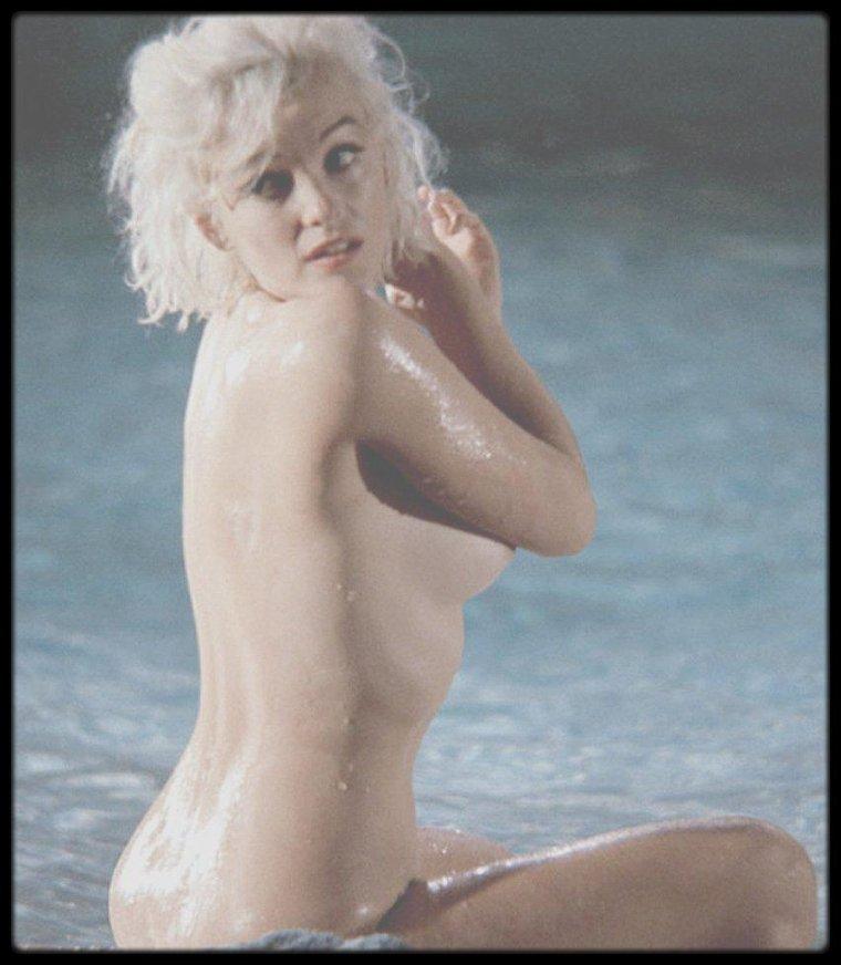 """Mai 1962 / Marilyn lors du tournage du film """"Something's got to give"""" (Photos signées Lawrence SCHILLER) / A PROPOS : En mai 1962 il fut chargé, avec son collègue William WOODFIELD, par """"Paris-Match"""", de couvrir le tournage de « Something's got to give ». Le 28 mai 1962 ils étaient à la Fox quand Marilyn tourna la scène de la piscine ; à un certain moment, soit sur l'ordre du réalisateur George CUKOR, soit de son propre gré, Marilyn ôta son maillot de bain couleur chair et posa nue pour les photographes pendant près d'une heure, dans la piscine et en dehors. D'ordinaire soucieuse de savoir quelles photos allaient être publiées ou non, elle donna cette fois ci son accord à SCHILLER pour la commercialisation des clichés. Il savait parfaitement ce qu'il avait entre les mains et persuada Jimmy MITCHELL, le photographe qui les accompagnait, de se défaire de ses négatifs pour la somme de 10 000 $. Ainsi, avec WOODFIELD ils eurent l'exclusivité des derniers nus de Marilyn, les premiers depuis 13 ans. Il vendit les photos aux magazines de 32 pays; aux Etats-Unis elles furent achetées par """"Playboy"""" ; au début il réussit à persuader Marilyn de poser pour d'autres photos, pour la première et la quatrième de couverture du magazine, mais elle rompit ensuite son engagement. Il lui rendit visite le 4 août 1962 dans la journée, pour discuter des photos qu'elle approuvait. Quatre jours plus tard, il assistait à son enterrement et fut un des rares photographes qui purent s'approcher suffisamment pour prendre des clichés. Il fut présent lors de ses funérailles, le 8 août 1962. Pour marquer le dixième anniversaire de sa mort, SCHILLER organisa une exposition ambulante de  photos de Marilyn prises par quinze grands photographes. Dans une des villes de la tournée, un nu au cadre doré de Tom KELLEY (le fameux calendrier) et une demi-douzaine d'autres photos originales furent volées. Un livre accompagnait l'exposition, et il demanda à Norman MAILER de rédiger le texte d'une anthologie de p"""