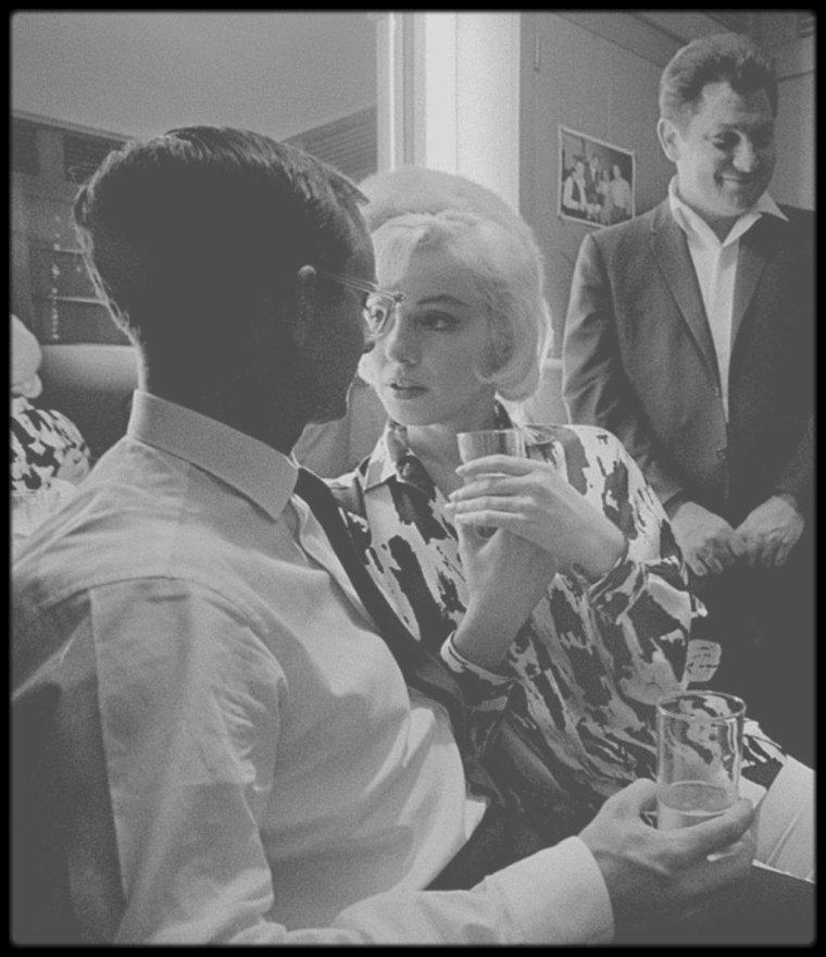 """1er Juin 1962 / (PART II) C'est sur le plateau du tournage du film """"Something's got to give"""", que Marilyn fête son 36ème anniversaire ; en effet, toute l'équipe du film lui fait une surprise en achetant un gâteau, du champagne et quelques cadeaux, après une journée de travail tout en conviant également quelques proches tels Eunice MURRAY, sa femme de chambre, le photographe George BARRIS, Henry WEINSTEIN le producteur, George CUKOR le réalisateur, Evelyn MORIARTY sa doublure, Agnes FLANAGAN sa coiffeuse, Allan SNYDER le maquilleur et les acteurs alors présents sur le plateau, comme Wally COX ou encore Dean MARTIN ainsi que les techniciens du film."""