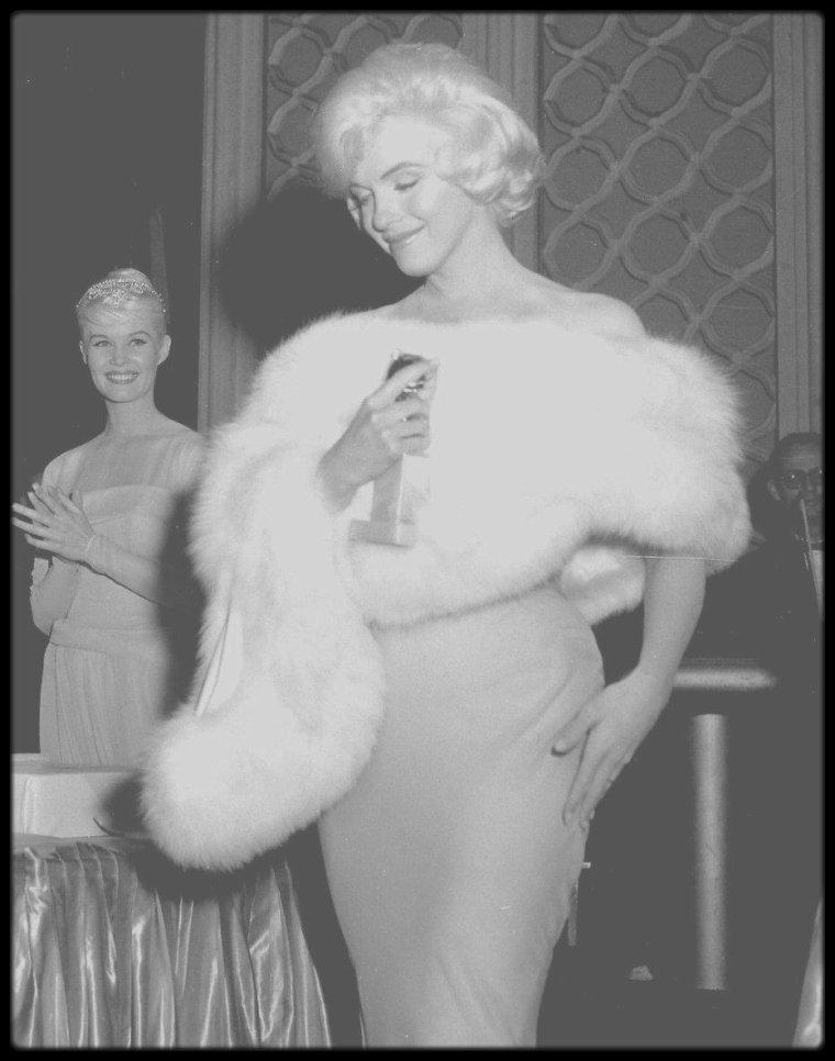"""8 Mars 1960 / (PART III) Marilyn est nominée et reçoit le Golden Globe Award de """"la meilleure interprète dans une comédie en 1959"""" pour le film """"Some like it hot"""" décerné par la presse étrangère (Foreign Press Association) ; la cérémonie eut lieue au """"Cocoanut Grove"""" de l""""Ambassador Hotel"""" à Los Angeles. Elle retrouvera lors de cette soirée, son amie de jeunesse (avec qui elle partagea un appartement) l'actrice Shelley WINTERS."""