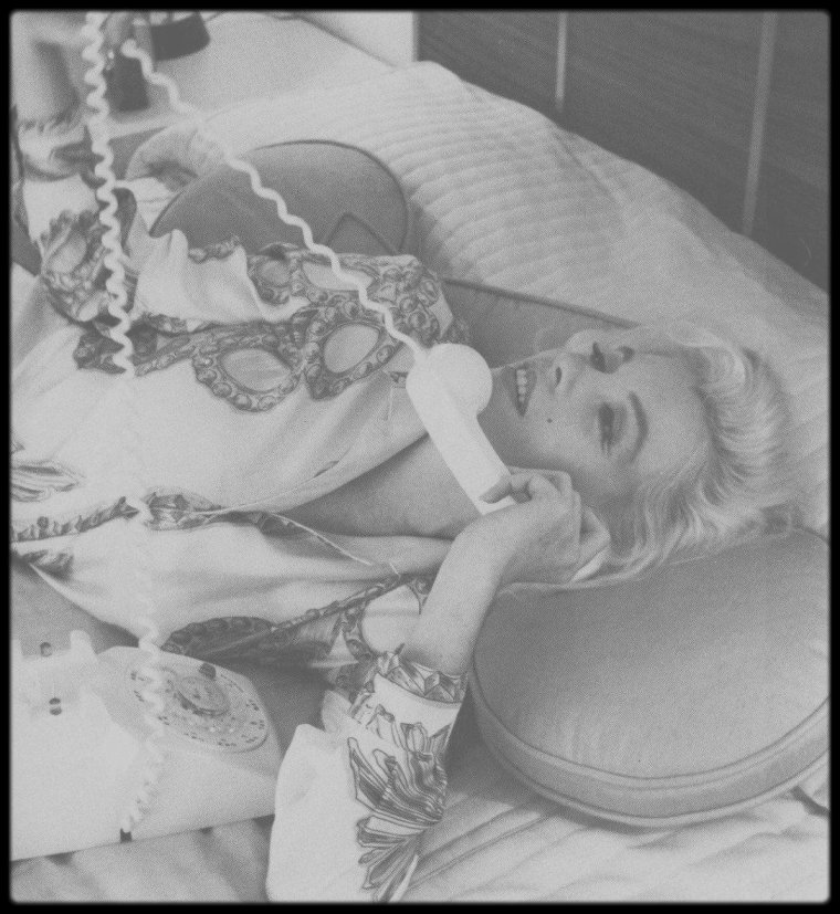 1962 / Comme Marilyn aimait à le dire, son meilleur allié était le téléphone... (Photos George BARRIS).