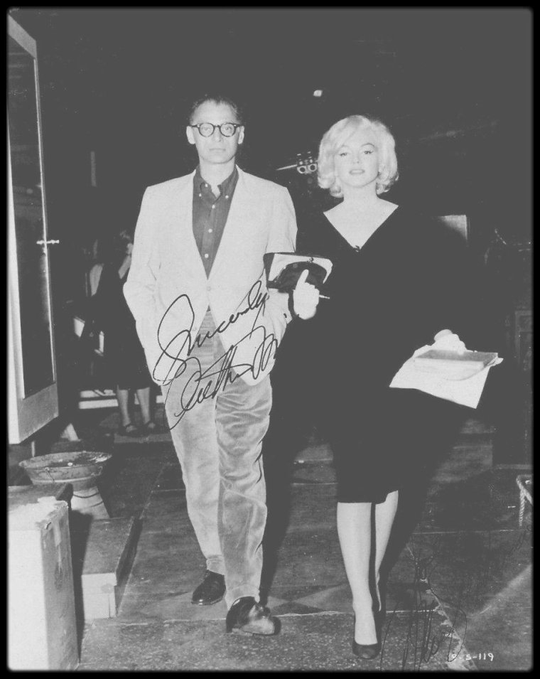 """1960 / FOLLE IDYLLE / 16 Avril : Marilyn accompagnée de MONTAND assiste au show de Joséphine BAKER donné au """"Hartford Theater"""" de Hollywood ou à la Première du film """"The apartment"""" de Billy WILDER, entre autres. Fin avril : Marilyn rentra du studio avec un rhume et une légère fièvre. MONTAND alla dans son bungalow lui proposer une boisson ou un repas léger. C'est à ce moment là que débuta leur liaison qui arrivera à son terme à la fin juin. La presse l'apprit par les moyens habituels : des journalistes rôdaient dans les buissons du """"Beverly Hills Hotel"""" et soudoyaient sans vergogne les femmes de chambres afin d'obtenir des révélations sur les faits et gestes des amants. Marilyn appréciait la compagnie de MONTAND et son ardeur, mais elle lui était surtout reconnaissante de sa chaleureuse attention. Réaliste, elle n'en attendait rien de plus. Arthur MILLER, toujours à New York, ne se doutait de rien. Il voyait que Marilyn semblait dans une forme éblouissante, mais ne cherchait pas à comprendre pourquoi, alors qu'auparavant sa femme arrivait à peine à se traîner sur le plateau. Dans son aveuglement, ce ne fut pas MONTAND qu'il crédita de cette évolution positive, mais CUKOR. Le samedi 30 avril : MILLER écrivit à CUKOR pour le remercier de tout ce qu'il avait fait pour Marilyn. Jamais Marilyn n'avait été aussi heureuse dans son travail. Elle était pleine d'espoir et ce grâce à la patience et au talent du réalisateur. Maintenant, écrivait-il, CUKOR comprenait certainement pourquoi Marilyn lui était si précieuse; il ajoutait qu'il avait encore du travail à finir sur la côte est, mais qu'il ne pourrait pas rester célibataire très longtemps. L'ironie de la situation n'échappa sans doute pas à CUKOR, l'une des premières personnes à être au courant de la liaison entre Marilyn et MONTAND. Elle continua à voir le Dr GREENSON. Début Mai, Arthur MILLER arriva à Los Angeles. Il fut sans doute le dernier à connaître son infortune. Et même lorsqu'il découvrit la liaison de sa femme """