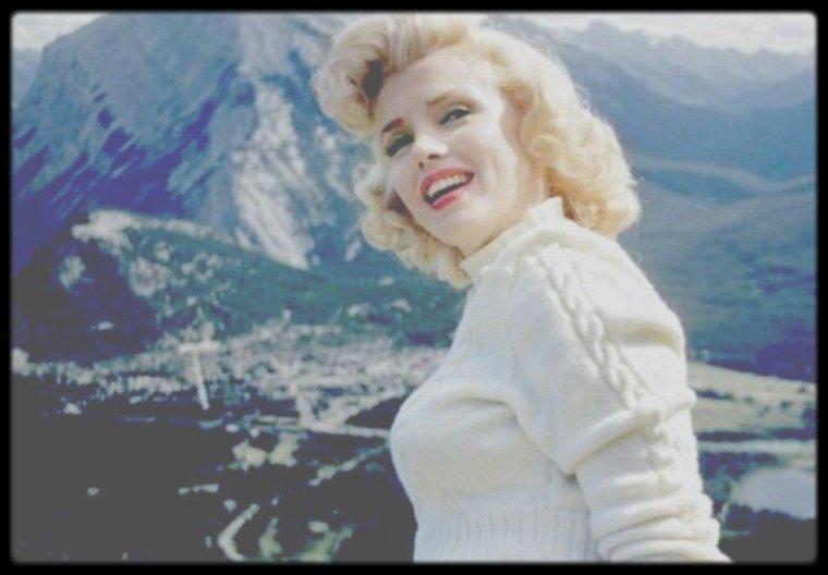 """1953 / Marilyn découvrant les alentours de Banff (Canada) lors de son séjour, où elle s'est rendue afin de tourner les extérieurs du film """"River of no return"""", sous l'objectif de John VACHON."""