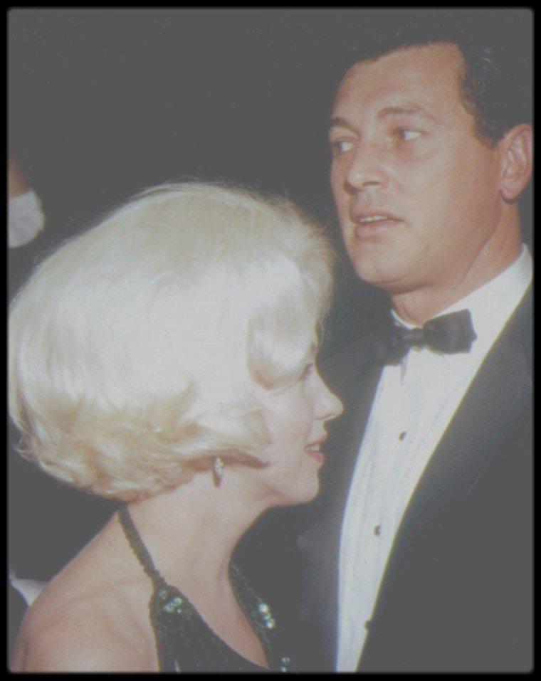 """5 Mars 1962 / (PART IV) """"Actrice préférée dans le monde en 1961"""", Marilyn reçoit ce """"Golden Globe Award"""" des mains de Rock HUDSON ; elle est accompagnée de son amant du moment, Jose BOLANOS. La cérémonie a lieu à """"l'International Ballroom"""" du """"Beverly Hilton Hotel""""."""