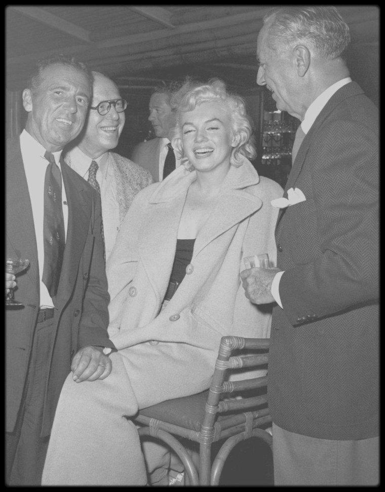 """4 Décembre 1954 / Marilyn accompagnée de Milton GREENE se rend au """"Bamboo Room"""" du """"Palm Springs Racquet Club"""", où elle rencontre Charles FARRELL, fondateur du club en 1931 (acteur également) et maire de Palm Springs en 1963. Elle y retrouve aussi l'acteur William POWELL, qui fut l'un de ses partenaires dans le film """"How to marry a millionaire"""" en 1953."""