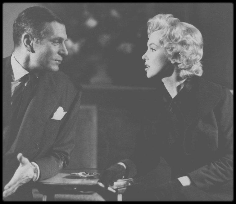 """16 Juillet 1956 / (PART II) Marilyn et MILLER se rendent à une conférence de presse au """"Savoy Hotel"""", lors de leur séjour à Londres, où Laurence OLIVIER, le partenaire de Marilyn dans """"The Prince and the showgirl"""", les y attend. Puis le couple s'en va déjeuner au """"Claridge Hotel""""."""