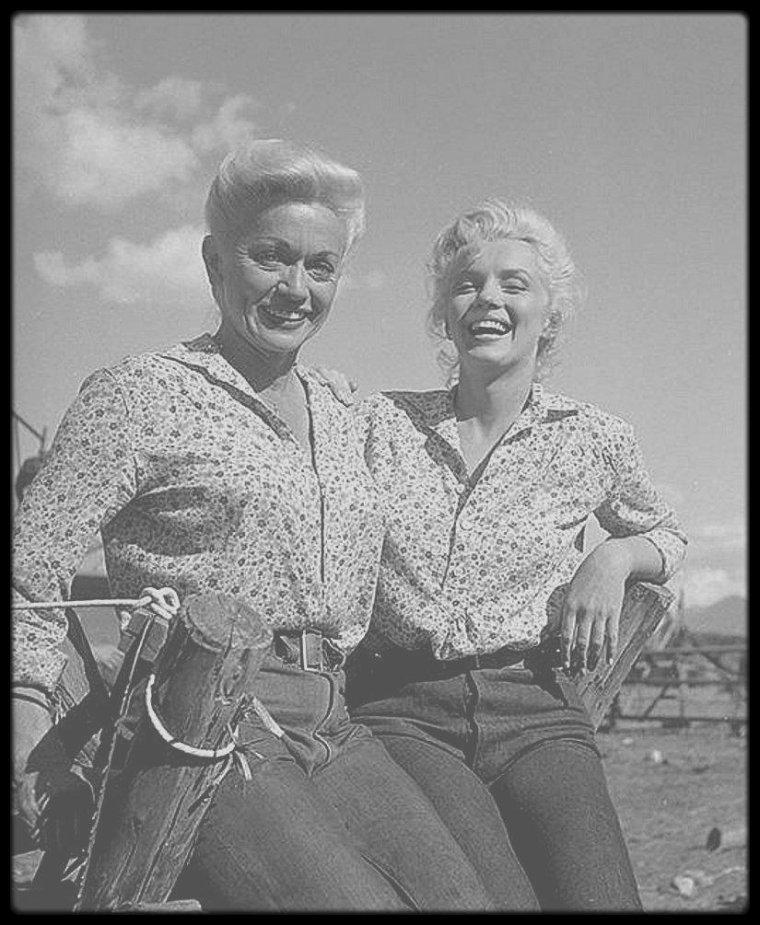 1953 en tournage des ext rieurs du film river of no return marilyn pose avec des - Film ou il se coupe le bras ...
