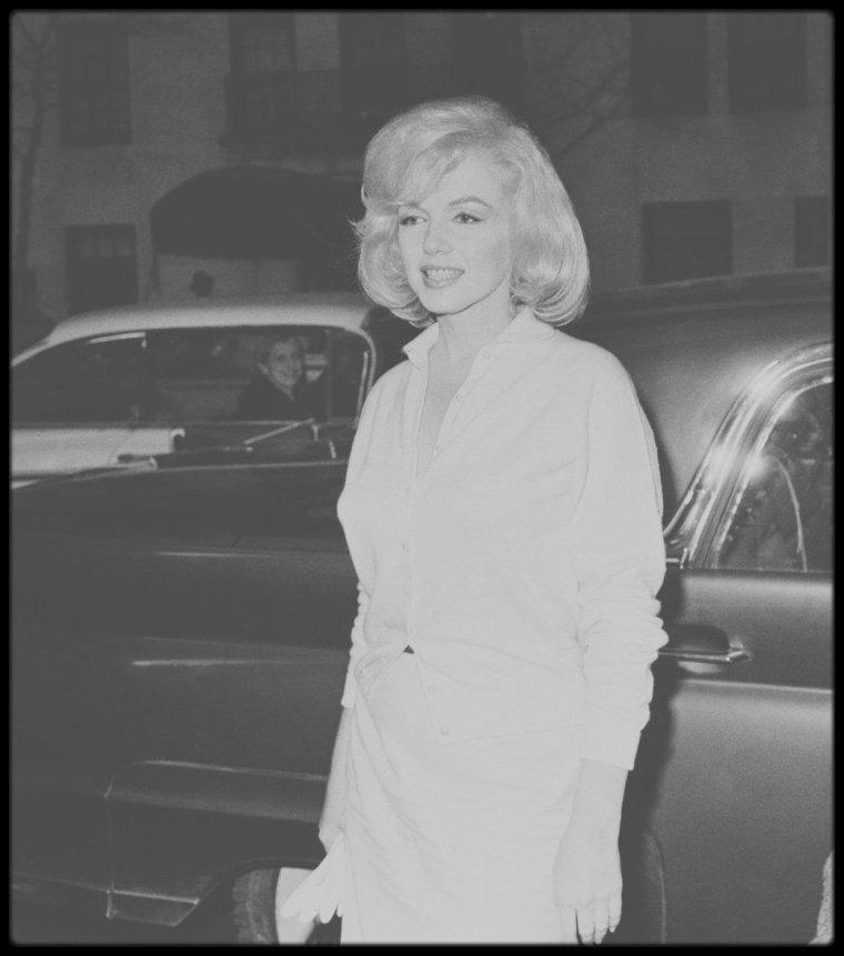 """5 Mars 1961 / (PART III) Marilyn, accompagnée de son attachée de presse Pat NEWCOMB, a grand peine à sortir du """"Columbia University Presbyterian Medical Center"""" où elle a été admise pour cause de surmenage pendant 4 semaines ; une horde de journalistes l'attend à sa sortie."""