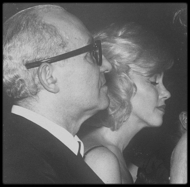 """1954 / RENCONTRE AVEC LEE STRASBERG / Marilyn fut présentée à Paula STRASBERG, la femme de Lee, par Sidney SKOLSKY, en août 1954 ; Marilyn était apparemment trop timide pour aborder Lee directement. L'association professionnelle entre lui et Marilyn débuta en février 1955 ; elle prit des leçons particulières chez lui. Elle ne participa pas aux séances publiques de """"l'Actors Studio"""" avant de se sentir prête, en mai 1955. La sortie triomphale de « Sur les quais » d'Elia KAZAN en juillet 1954 consolida sa position au Studio : la performance de Marlon BRANDO refit de KAZAN un héros. Après ce succès, personne ne put douter que STRASBERG était de nouveau au second plan, derrière KAZAN.  « East of Eden », également de KAZAN et autre film que le public associait au Studio, rendit la situation de STRASBERG plus dramatique encore. Pathétique, il tenta de récolter les lauriers tant pour Marlon BRANDO que pour James DEAN, alors que BRANDO avait suivi les cours de son ennemie Stella ADLER, et que James DEAN avait fui, terrifié, après un bref passage au  Studio, où STRASBERG avait cruellement critiqué ses efforts dans les ateliers. Du point de vue de STRASBERG, Marilyn n'aurait pu arriver à un moment plus opportun. Elle lui procurait une arme dans sa lutte pour sa domination au Studio. Marilyn MONROE serait la star de cinéma de STRASBERG comme Marlon BRANDO et James DEAN avaient été celles de KAZAN. Pour STRASBERG, quand Marilyn donnerait finalement une superbe interprétation, ce serait son triomphe à lui, pas celui de Marilyn. Il voulait être plus que le professeur de Marilyn ; quand elle serait prête, il voulait de surcroît la diriger. Durant les sept ans de son association avec STRASBERG, elle ne devint jamais membre à part entière de l'organisation, mais il existe des preuves qu'elle projetait de devenir l'un des douze membres de la classe de 1962. L'approche du jeu de l'acteur prôné par STRASBERG était étroitement lié à la psychothérapie. Comme avec ses psychiatres, Marilyn """