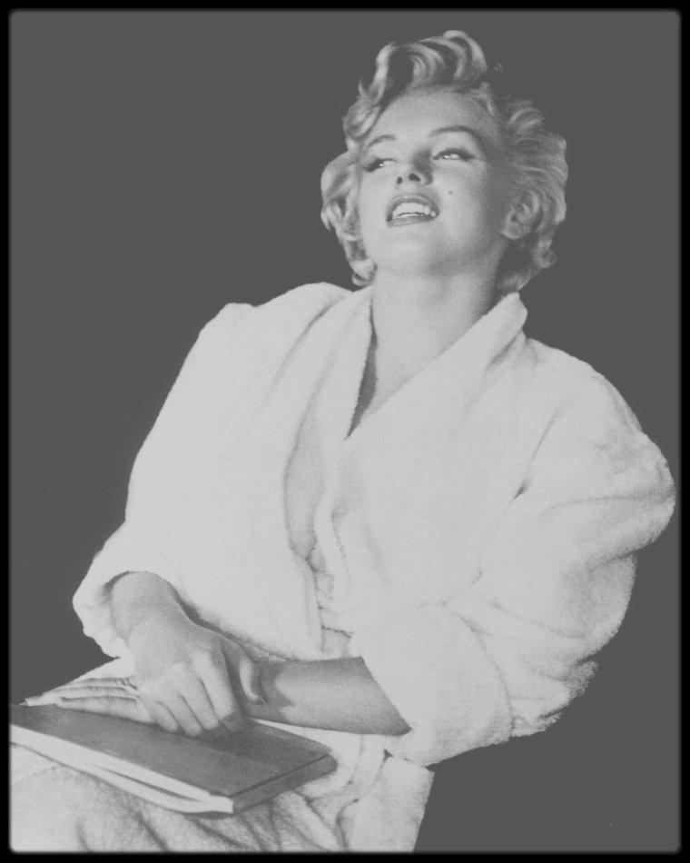 """1954 / Marilyn en peignoir dans sa loge lors du tournage du film """"The seven year itch""""."""