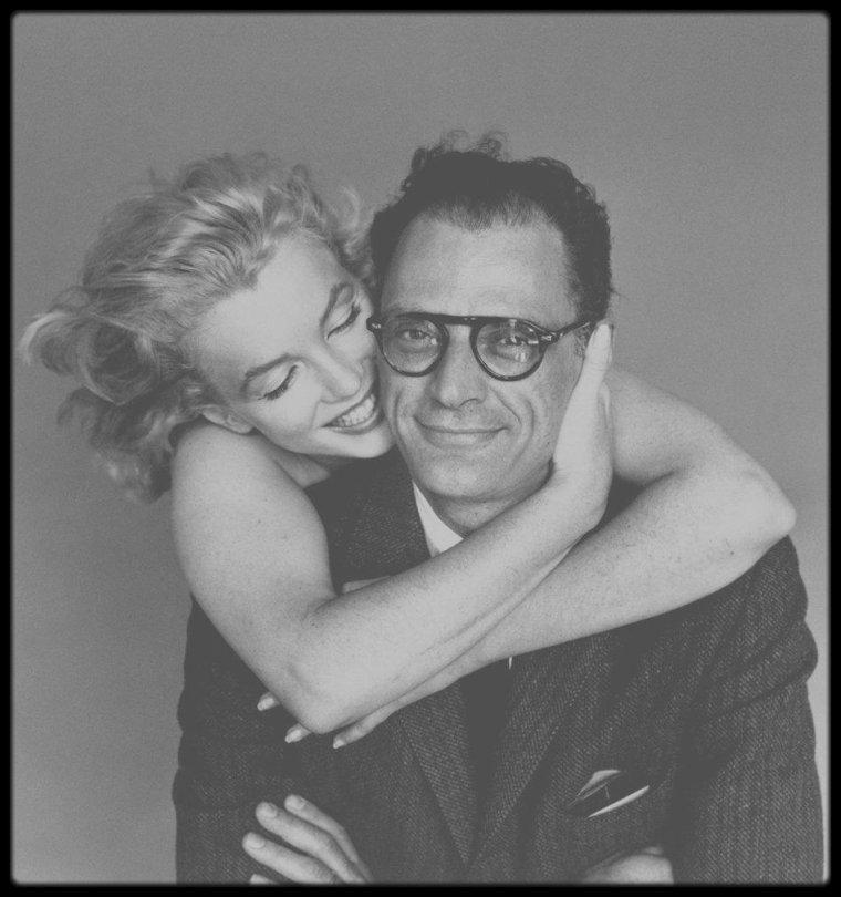 """8 Mai 1957 / """"MARILYN MY WIFE"""" / Photos Richard AVEDON : AVEDON trouva facile de travailler avec Marilyn : « Elle donnait plus à l'objectif que toute autre actrice -tout autre femme- que j'ai eu l'occasion de photographier ; bien plus patiente, plus exigeante avec elle-même et plus à l'aise devant l'objectif qu'en dehors des séances de travail »."""