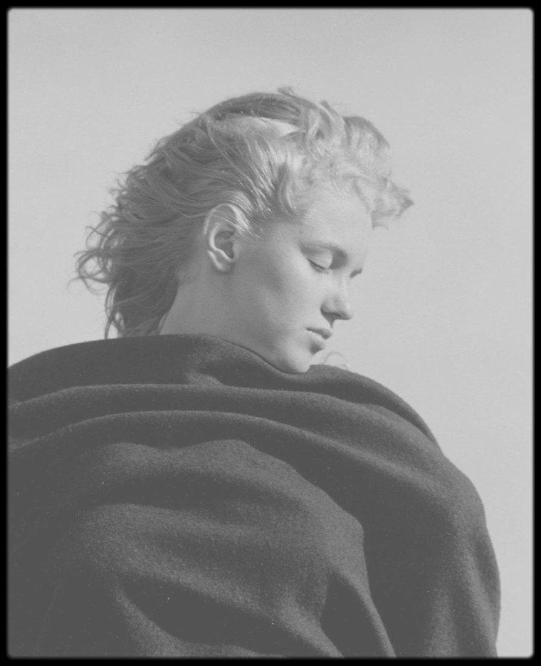 """1946 / Cet été, Andre DE DIENES se souvient : Andre acheta un livre à 15 $ chez un bouquiniste en Californie, Le journal d'une femme en Ecosse commencé en 1830 et compilant ses pensées et poèmes, et ceux d'auteurs célèbres. Le photographe voulut partager sa trouvaille avec Marilyn. Sur une plage déserte de Malibu, ils ont lu ensemble quelques passages dont certains ont beaucoup émus Marilyn, qui avait les larmes aux yeux; et plus particulièrement, un poème intitulé """"Lines on the death of Mary"""" (""""Quelques vers sur la mort de Mary"""") pour lequel Marilyn s'identifia. Après la lecture, André la photographia, capturant différentes émotions que lui demandait le photographe: le bonheur, la mélancolie, l'introspection, la sérénité, la tristesse, le tourment, le désarroi. (PHOTOS)"""