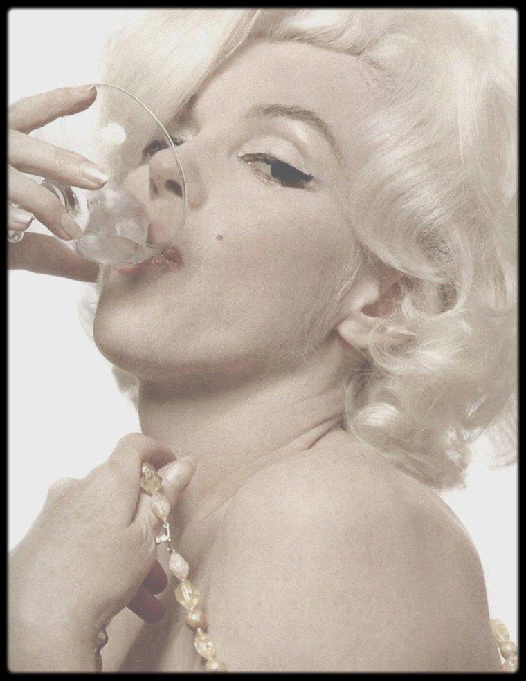 """1962 / (Photos Bert STERN) / EN CE MERCREDI 1er JUIN 2016, MARILYN FETERAIT SES 90 ANS ! HAPPY BIRTHDAY ! / DERNIERE ACTUALITE : 54 ans après sa mort, Marilyn continue à fasciner, si bien que des enquêtes sur sa vie sont toujours en cours. L'une d'entre elles nous permet d'en savoir plus sur la perte tragique de son enfant après quelques semaines de grossesse. Quelle vie énigmatique que celle de Marilyn. Adulée pendant sa carrière, elle passionne à ce point le public qu'elle fait encore aujourd'hui l'objet d'enquête donnant lieux à des documentaires spécialisés. Ainsi, la chaîne américaine """"Reelz"""" diffusera bientôt une série dévoilant certaines anecdotes de la vie de la star, comme cet épisode douloureux où elle a perdu l'enfant qu'elle attendait avec son époux, le dramaturge Arthur Miller. Alors qu'elle se réjouissait de devenir maman pour la première fois (1957), le destin en aura voulu autrement pour l'un des couples les plus glamours d'Hollywood à l'époque. Enfin c'est ce que tout le monde pensait jusqu'ici. En réalité, la vérité serait toute autre. En plein mois d'août 1957, les deux amoureux choisissent de faire un petit séjour à Amagansett comme ils en avaient l'habitude. C'est dans ce petit village de l'état de New York que la star se serait soudain plainte de graves douleurs dans le ventre. Conduite dans un hôpital situé à plus de 160 km, l'inévitable se produit, Marilyn fait une fausse-couche. Devant les caméras, le couple évoque seulement une grossesse extra-utérine. Hors-champs en revanche, le couple ne se serait pas privé pour accuser le gouvernement américain d'être lié à cette perte tragique. Alors que le pays se trouvait en plein contexte de la Guerre Froide, les défenseurs du Maccarthysme ont juré de traquer les citoyens défendant les idéaux communistes, notamment parmi les célébrités. Le couple hollywoodien aurait fait l'objet de pressions fortes de la part des dirigeants afin de connaitre leur implication auprès du régime soviétique."""