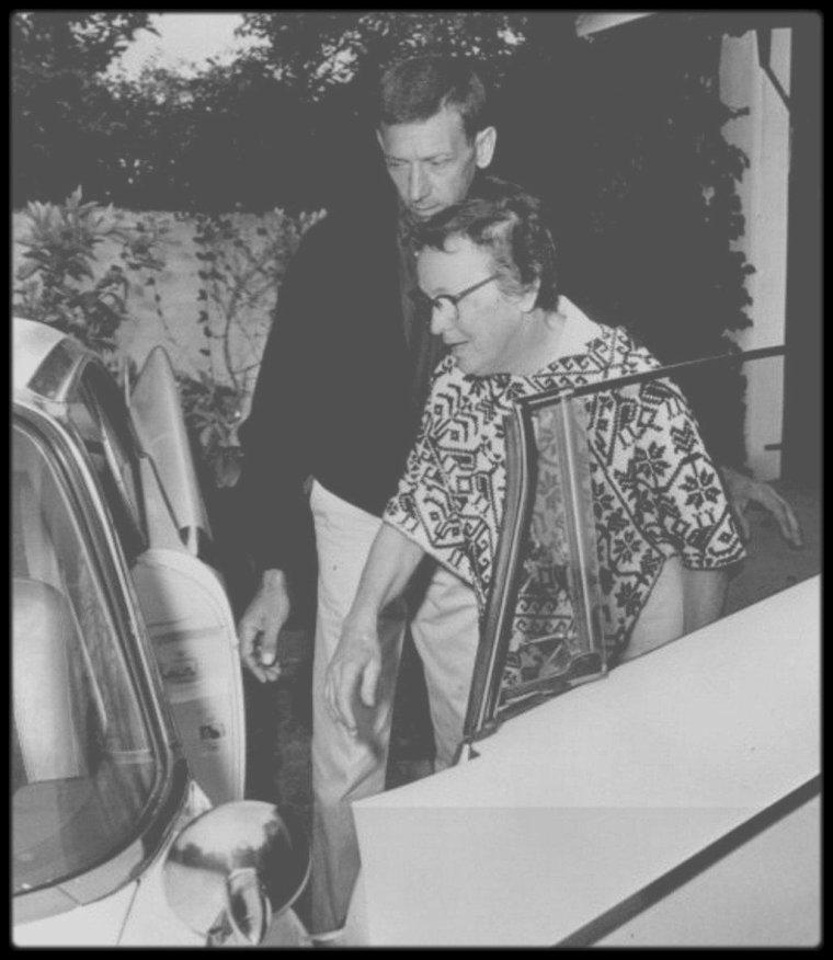 """1962 / EN CE MERCREDI 1er JUIN 2016, MARILYN FETERAIT SES 90 ANS ! HAPPY BIRTHDAY DEAR MARILYN ! / Ils se prénommaient Eunice, Whitey, Evelyn, Paula, Pat... Ils étaient 12, soit une véritable armée des ombres, autant d'hommes et de femmes qui ont vécu aux côtés de la plus grande star de Hollywood durant les derniers mois de sa vie. On était en 1962, l'année de la mort de Marilyn, mais aussi une année charnière pour l'actrice qui cherchait à se réinventer tant physiquement que professionnellement pour donner un nouvel élan à sa carrière en ce contexte de déclin de l'âge d'or hollywoodien. À travers le destin de cet entourage, Sébastien CAUCHON dessine dans son roman vrai """"Marilyn 1962"""" le portrait d'une personnalité complexe et perfectionniste, bien au-delà des clichés de la femme fragile et superficielle. / Entretien avec un cinéphile, collectionneur et spécialiste de Marilyn MONROE.  /  Comment est née votre passion pour Marilyn MONROE ? /  C'est une passion de cinéphile et de collectionneur. L'actrice m'intéresse, même si elle a longtemps été sous-estimée. Ensuite, j'ai découvert sa personnalité très complexe. C'est aussi une entrepreneuse, elle a été l'une des premières stars à avoir monté sa maison de production. Elle s'est beaucoup battue contre les films très médiocres que ses studios lui proposaient. Elle a essayé de lutter contre le système, et y est parvenue sur certains aspects.  /  Votre livre va au-delà de l'image fragile de Marilyn MONROE. Son entourage la décrit plutôt comme quelqu'un de """"très solide"""" et """"perfectionniste"""". /  Je pense que c'est aussi pour ça qu'elle est encore très présente aujourd'hui. Elle dépasse les clichés que l'on peut lui associer. Elle a longtemps été considérée comme une femme enfant, une femme fragile, brisée par Hollywood, etc... En fait, pas du tout. Dans tous ces documents qui refont surface lors de ces ventes aux enchères, on s'aperçoit que c'était effectivement quelqu'un qui savait mener sa barque, qui était une femme d'"""