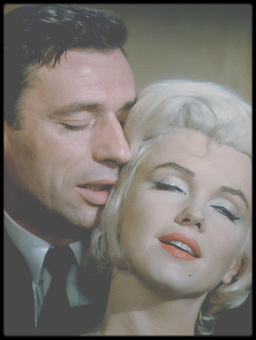 """1960 / Marilyn et Yves MONTAND en répétition de la scène finale du film """"Let's make love"""" qui se déroule dans un ascenseur."""