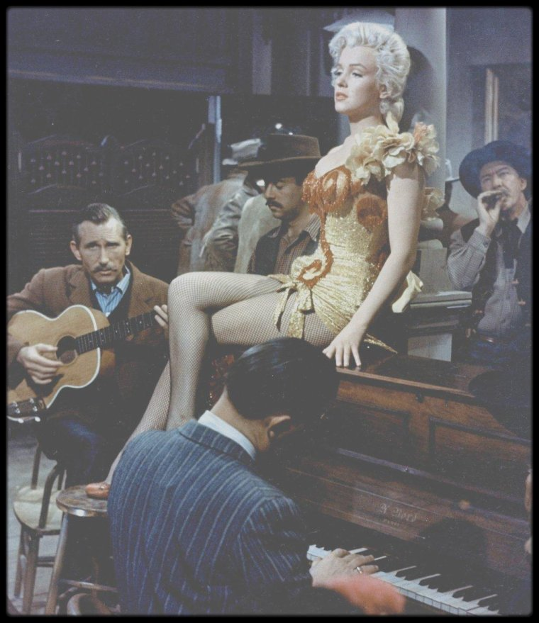 "1953 / Marilyn chante la chanson ""River of no return"", dans le finale du film du même nom. (Photos J R EYERMAN)."