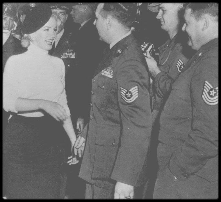 """8 Février 1954 / (PART II) Lors de sa visite au Japon, pour son tour de chants aux G.I.'s en Corée, Marilyn visite la base aérienne """"Brady Air, camp Akata"""", à Fukuoka."""