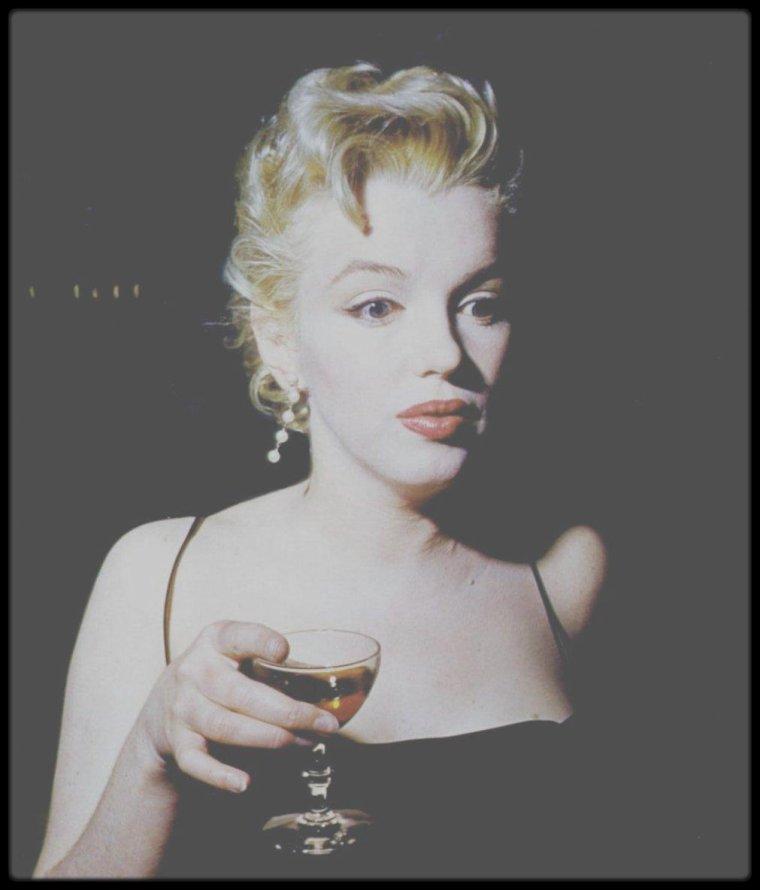 1956 / (PART IV) Habituellement, Marilyn se préparait pour ses rôles en décomposant le scénario scène par scène, puis en travaillant chaque geste et la prononciation de chaque réplique. Paula quant à elle, lui fit travailler la spontanéité, au moins pendant les répétitions. Pour « Bus stop», elles travaillèrent particulièrement dur sur le généreux accent du sud de Cherie, le personnage incarné par Marilyn. C'était pour Marilyn une occasion unique d'être prise au sérieux dans un film important, et elle savait que rien ne devait être laissé au hasard ni improvisé. Cependant, alors qu'avec Natasha LYTESS toute originalité était court-circuitée, avec Paula, l'inspiration jaillissait comme par enchantement. Milton GREENE avait travaillé la plastique et la texture de chaque scène à mesure qu'il étudiait le scénario. De même il avait travaillé le maquillage de Marilyn, un maquillage d'une pâleur fantomatique pour une femme qui chante et qui danse toute la  nuit, dort presque toute la journée et ne voit pour ainsi dire jamais le soleil.  « Bus stop » était le premier film de Marilyn en Cinémascope et elle en profita pour donner plus de relief à son rôle : elle devrait convaincre qu'elle était différente; c'était aussi le premier projet qu'elle avait approuvé, il fallait donc que ce soit un succès. Courant mars, il y eut une « press party », pour le tournage de « Bus stop » dans la maison de North Beverly Glen Boulevard.