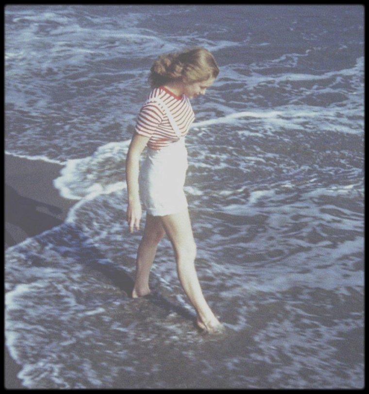 1945 / FRAÎCHE ET PULPEUSE NORMA JEANE / A cette période, elle avait déjà la réputation d'être un modèle idéal pour les photographes. Coopérative, passionnée, de bonne humeur, elle secouait les boucles de ses cheveux noisette, faisait miroiter ses yeux bleu-vert, souriait largement et regardait l'objectif sans ciller, sachant garder une pose incommode sans se plaindre. Pour David CONOVER comme pour d'autres photographes, quelque chose de frais et de vivant émanait d'elle au moment du déclic de l'appareil. C'était comme si elle flirtait avec l'objectif, s'offrant à des admirateurs anonymes, comme dans ses rêves d'enfance. Elle apprenait en fait à se regarder en face. CONOVER n'avait rencontré chez aucun autre modèle une telle exigence : elle examinait scrupuleusement les épreuves et les négatifs, s'inquiétant sans cesse. Perfectionniste à l'extrême, elle appliquait les préceptes de Grace qui la préparaient déjà à se battre pour devenir une star. Prenant très au sérieux tout ce qui touchait à son image, et s'intéressant aux détails techniques (éclairages, qualités des films), elle tenait à ce que chacune de ses photos fut parfaite. Elle soignait particulièrement sa silhouette en portant un sweater une ou deux tailles trop petit pour ses mensurations ou en mettant des bretelles sur un tee-shirt à rayures horizontales pour mettre en valeur sa poitrine rebondie, qu'elle faisait pigeonner dans un soutien-gorge à balconnets. « La première chose dont je me souvienne, c'est que les photographes me firent sortir, me demandant où diable j'avais bien pu me cacher jusqu'à présent…Ils me filmèrent assez longuement, certains m'ont demandé des rendez-vous (j'ai refusé bien entendu !)… Un caporal de l'armée nommé David CONOVER m'a dit qu'il aimerait me faire poser pour des photos en couleur. Il a un studio, dans le quartier des boîtes de nuit sur Sunset (Boulevard). Comme il proposait de s'arranger avec le directeur de l'usine si j'acceptais, j'ai dit d'accord. Il m'a donné des cons