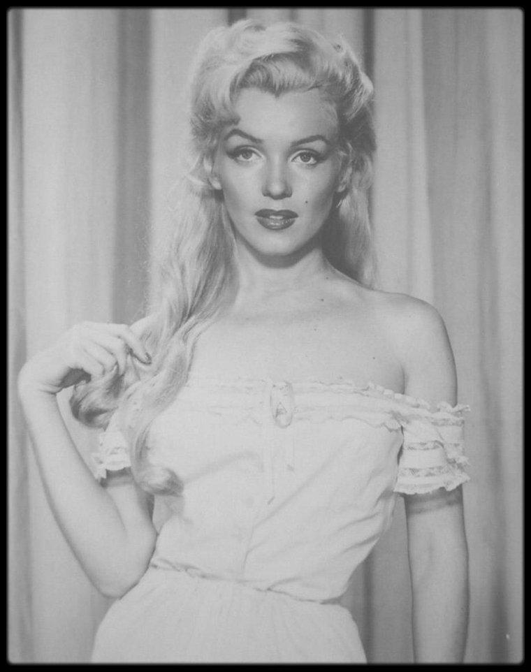 """1953 / Pour les besoins du film """"River of no return"""", Marilyn utilise plusieurs rajouts de cheveux (déjà en avance pour son époque), coiffés par sa coiffeuse attitrée, Gladys RASMUSSEN."""