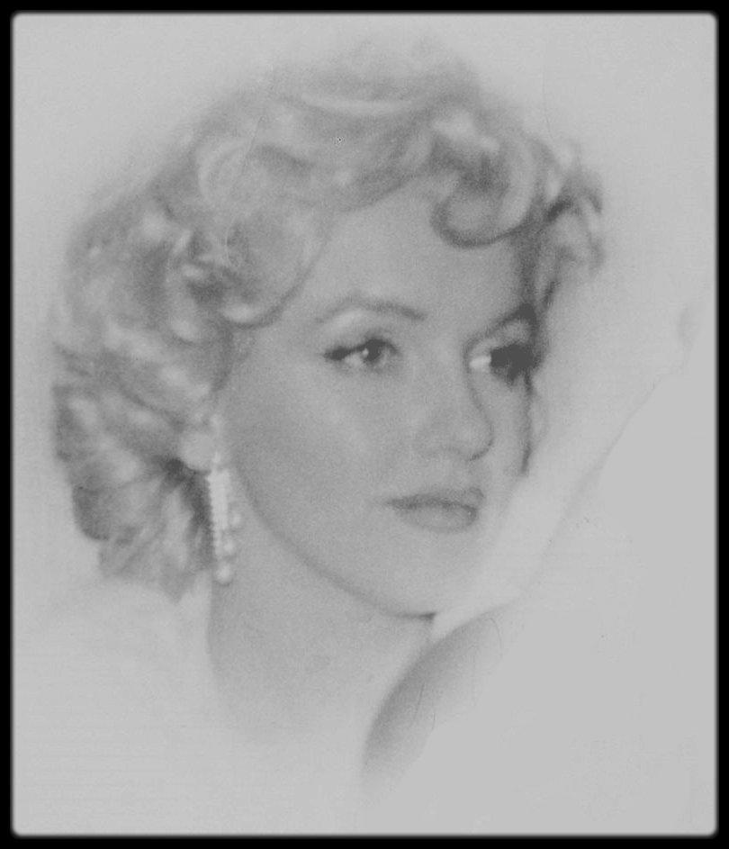 """7 Janvier 1955 / (PART III) Annonce publique dans la maison de l'avocat Frank DELANEY, devant plus de 80 journalistes de la fondation des """"Marilyn MONROE Productions"""", en association avec Milton GREENE ; avec 51 % des parts pour Marilyn et 49 % pour GREENE. La conférence de presse terminée, où nombre de stars furent conviées, telle Marlene DIETRICH, la soirée se poursuivra au """"Copacabana Club"""", où ce soir là Frank SINATRA se produisait."""
