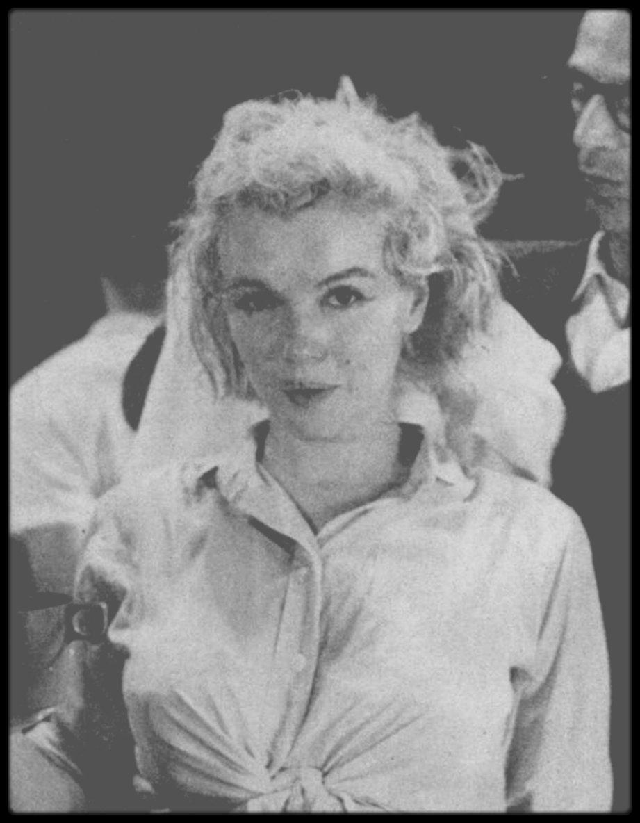 """1960 / Marilyn répétant le numéro musical où elle chante """"My heart belongs to daddy"""" (voir tag Chanson) dans le film """"Let's make love"""" sous l'objectif de John BRYSON."""