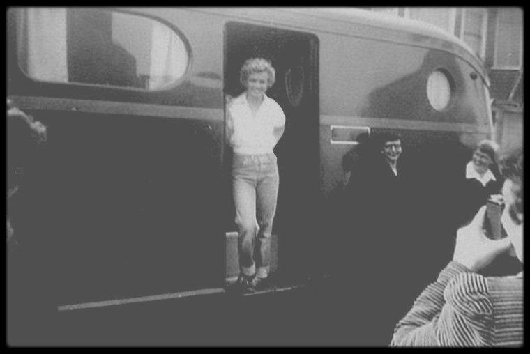 """1951 / Lors du tournage du film """"Clash by night"""" / Au cours de sa carrière, Marilyn a rarement partagé l'affiche avec d'autres comédiennes. Dans """"Le démon s'éveille la nuit"""", l'un des cinq films qu'elle tourna en 1952, elle ne tient évidemment qu'un petit rôle, mais face à la grande Barbara STANWYCK, ce qui fait toute la différence. Barbara, Marilyn : la brune et la blonde, la cynique et l'idéaliste. Plutôt que de les utiliser l'une contre l'autre, Fritz LANG préfère les associer. Peggy (Marilyn) et Mäe (Barbara STANWYCK) rêvent de connaître un autre monde que celui, étriqué et fermé, auquel elles sont habituées. Dans un univers de pêcheurs profondément masculin, elles veulent faire entendre leur voix. Celle de Peggy, sous ses airs candides, est enflammée : elle refuse qu'on la commande, même pour un baiser. Elle finira pourtant par renoncer à sa liberté, de peur d'être abandonnée : le drame de la vie de Marilyn résumé en quelques scènes."""