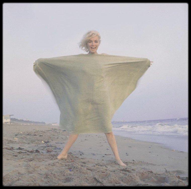 Dimanche 1er Juillet 1962 / Dernier jour d'une session photos avec George BARRIS, sur une plage de Santa Monica. Marilyn décédera un mois plus tard.