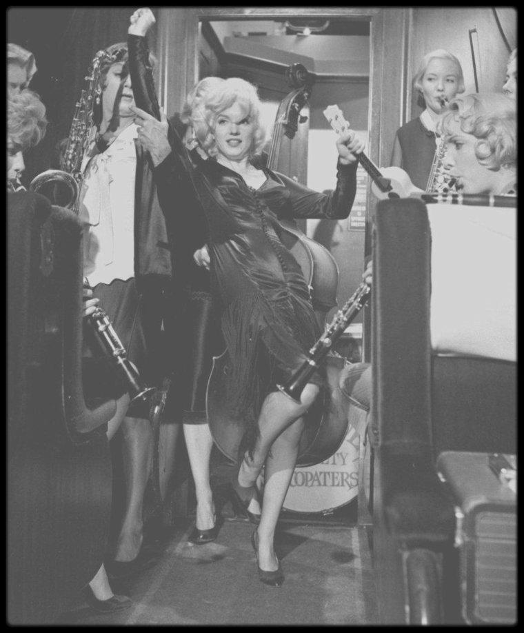 """1958 / Marilyn chante la chanson """"Runnin' wild"""" tout en jouant du ukulele, dans le film """"Some like it hot""""."""