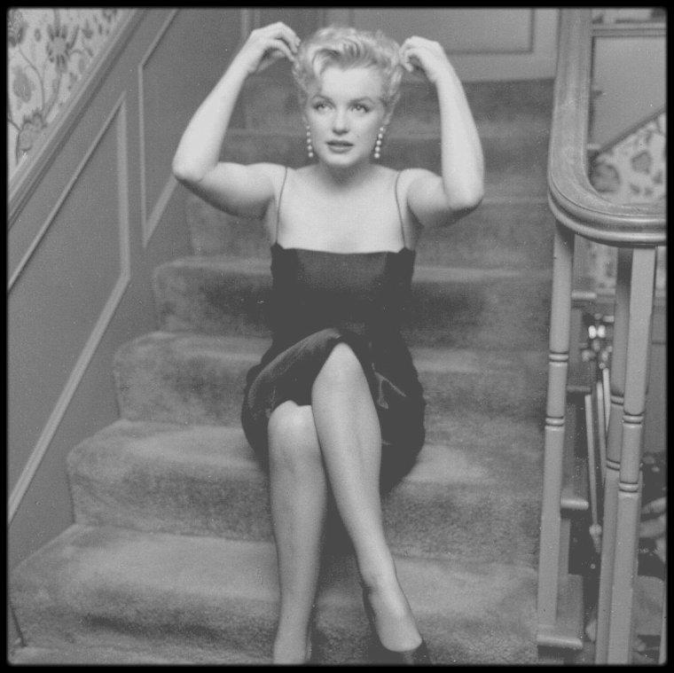 """1956 / (PART V) Une conférence de presse est donnée pour le tournage du film """"Bus stop"""", dans la maison de North Beverly Glen Boulevard."""