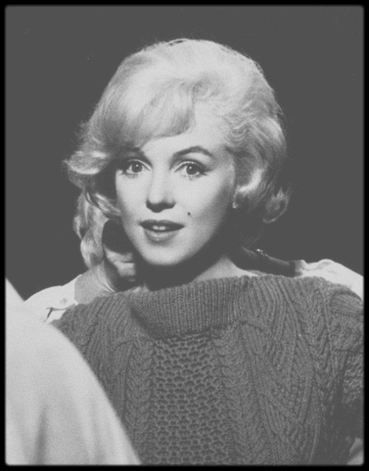 """1960 / Sur le plateau de tournage du film """"Let's make love"""", répétant la scène où elle interprête le numéro musical en chantant """"My heart belongs to daddy""""."""