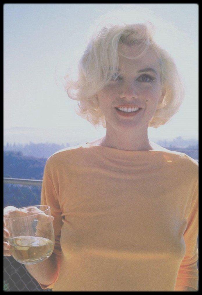 1962 / Un petit rafraîchissement (en l'occurence du champagne pour Marilyn, sa boisson favorite, avec modération biensûr) en souhaitant à toutes et à tous une belle fin de journée d'été.