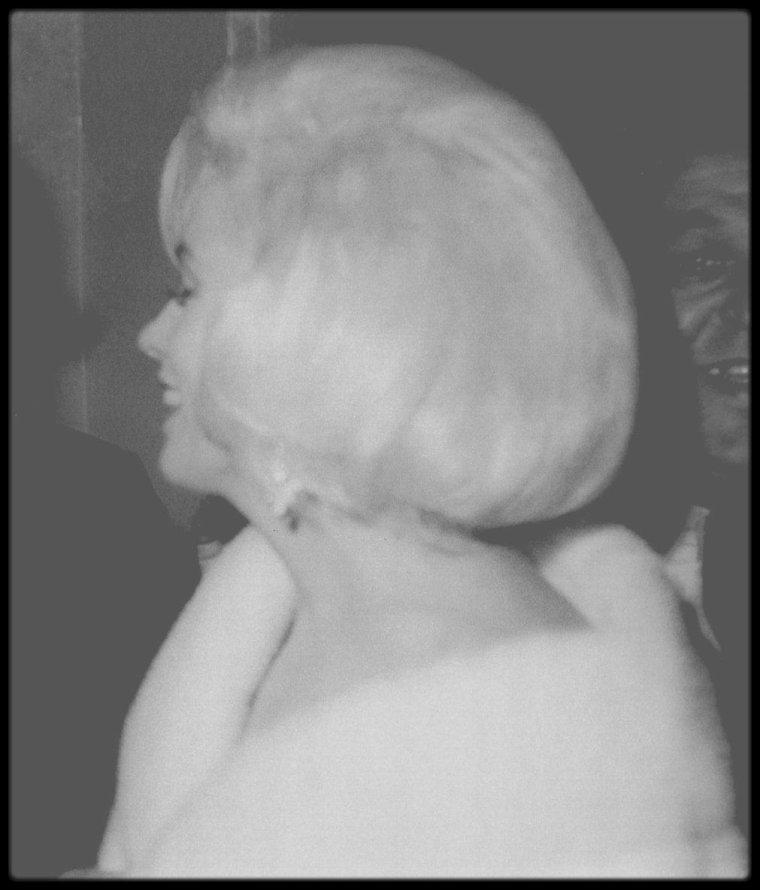 """19 Mai 1962 / Parmi plusieurs célébrités, telles Peggy LEE, Maria CALLAS,Jimmy DURANTE, Henry FONDA, Jack BENNY, Peter LAWFORD ou encore la jeune chanteuse Diahann CARROLL (photos), Marilyn est conviée à interpréter le fameux """"Happy birthday""""à John FITZGERALD KENNEDY."""