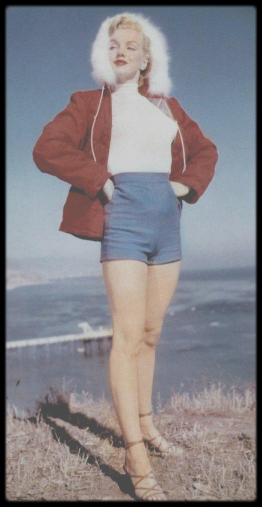"1951 / ""Simpson Bay"", à Hollywood, où Marilyn pose pour le photographe J R EYERMAN, pour le prix ""La seule fille capable de dégeler l'Alaska"" (photos en anorak) du magazine ""Stars and Stripes""."