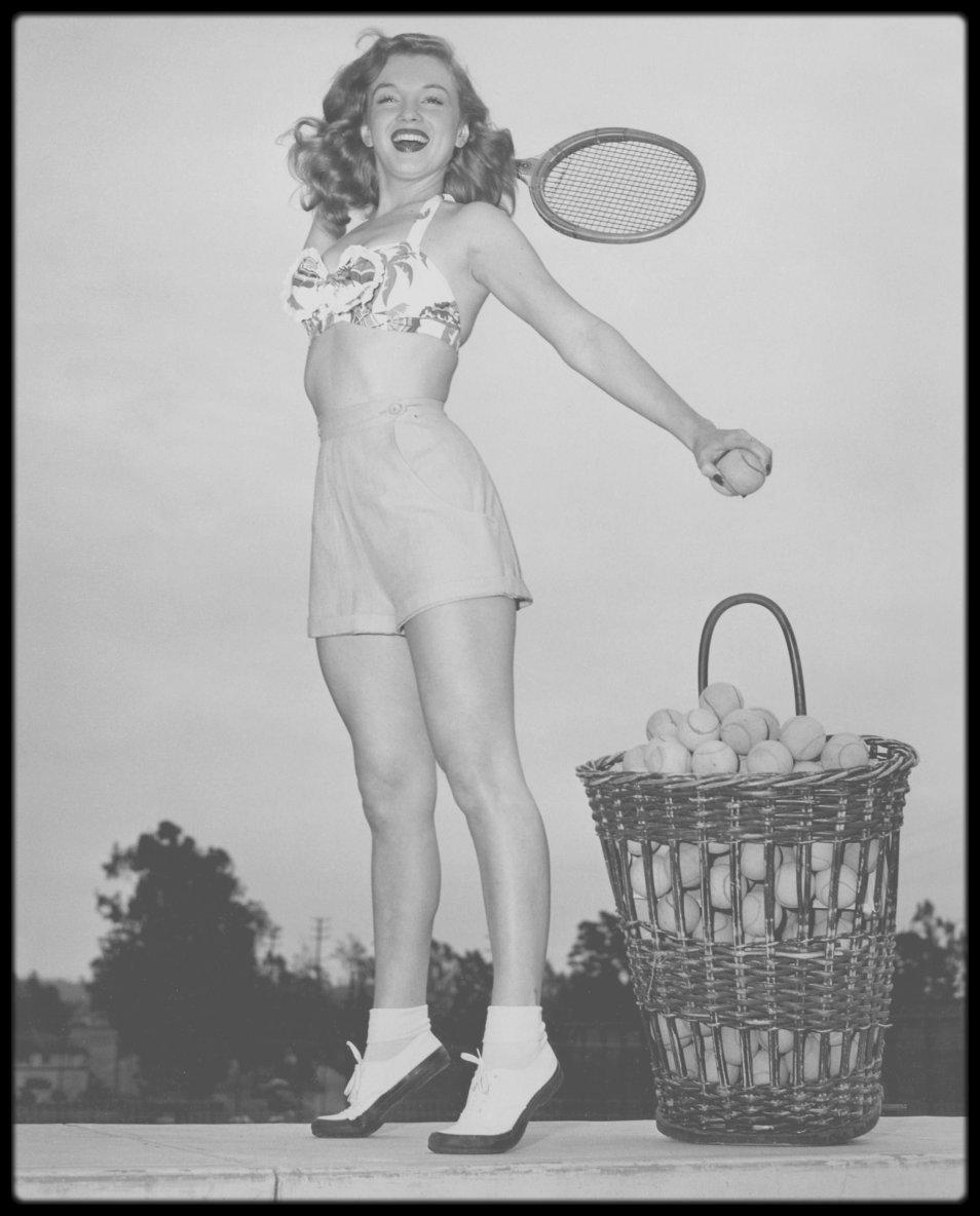"""1947 / Young Marilyn by Nat DALLINGER / Il passa de nombreuses années à photographier les stars, la plupart du temps, dans des poses candides. Il dirigea le bureau d'Hollywood du """"World Wide Photos"""", fit partie de l'équipe photo à la MGM et travailla pour le """"King Features Syndicate"""". Ses photos parurent dans de nombreux magazines nationaux. Il fit deux photos de Marilyn, l'une en 1947, à l'âge de 18 ans, où elle joue au tennis (photo), et l'autre en septembre 1953, où elle apparaît à une soirée de charité avec l'acteur Danny THOMAS (Oeuvres de bienfaisance, voir TAG)."""