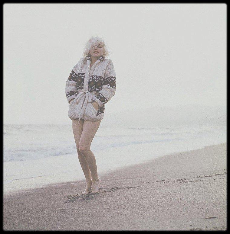 1962 / On prolonge les vacances avec ces photos de Marilyn sur une plage de Santa Monica, sous l'objectif de George BARRIS.